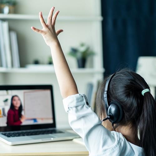 niña con cascos en clase virtual