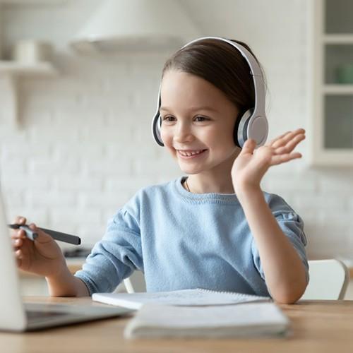 niña saludando a camara ordenador
