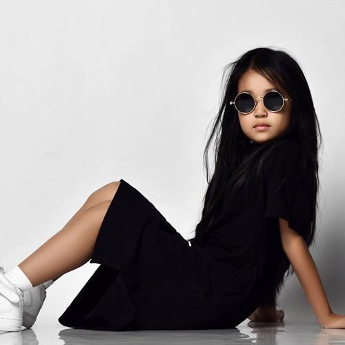 niña posando con gafas y zapatillas