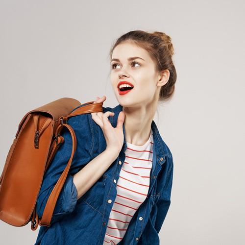 chica con mochila marron