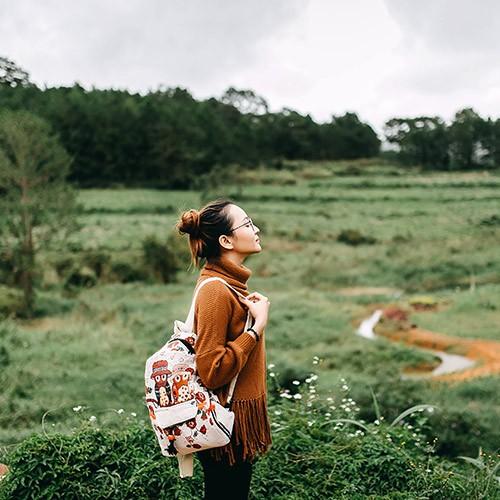 mujer con mochilarespirando aire fresco