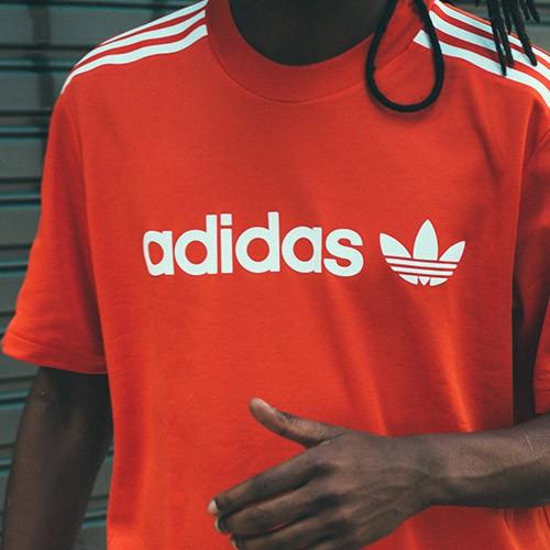 hombre con camiseta de adidas